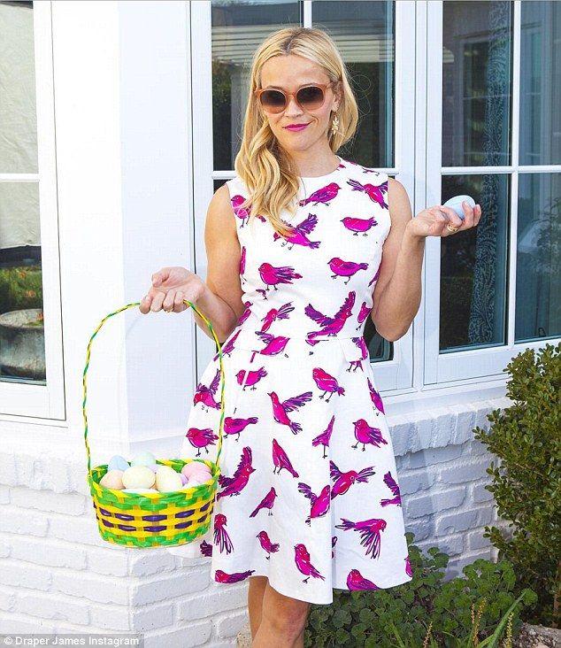 Счастливой Пасхи!  Риз Уизерспун был среди знаменитостей, принимавших в социальных медиа, чтобы разделить их пасхальным утром моменты в воскресенье, носить мило цыпленок тематические платье, как она позировала с корзиной яиц цветных