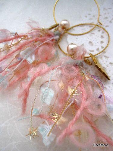 ピンク系のふわっふわ&くるりんヤーンはAVRIL(アヴリル)のもの。房状にまとめて根元を別糸で巻き留めしてあります。ほんのりピンクのコットンパールと猫のチャー...|ハンドメイド、手作り、手仕事品の通販・販売・購入ならCreema。
