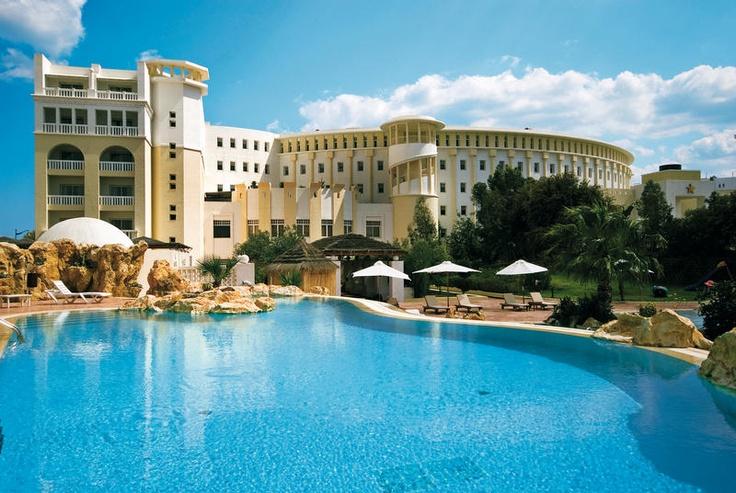 Dit luxe 5-sterren IBEROSTAR hotel is van alle gemakken voorzien voor een heerlijke ontspannen luxe vakantie. Er is een mooi zwembad met jacuzzi en een professioneel thalassotherapiecentrum waar u tal van behandelingen kunt ondergaan.    Voor een hapje en drankje kunt u terecht in een van de vele bars en restaurants. Hotel IBEROSTAR Solaria is prachtig gelegen, vrijwel aan het strand en niet ver van de jachthaven en Medina van Hammamet-Yasmine.    Officiële categorie *****