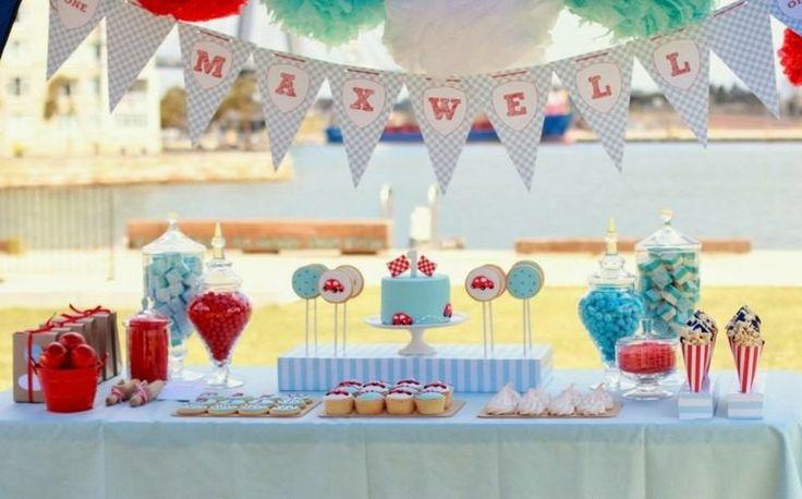 gâteau d'anniversaire pour bébé garçon en bleu layette sur le thème des voitures