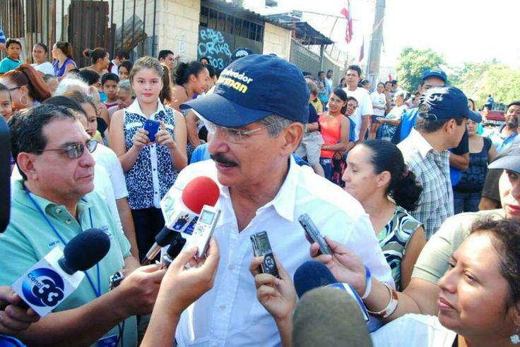 Norman Quijano futuro Presidente de El Salvador entregando Paquetes Solidarios a todas las familias del Distrito 6 en San Salvador.