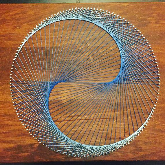 Este es un lugar único y una buena combinación de un cardioide geométrica y un yin yang con un color que se descolora degradado de azul oscuro a azul claro. Fascinantes para mirar, esta pieza está segura de atraer la atención y sería perfecta para cualquiera que quiera para decorar en un adorno moderno.  Hecho en un 16 x 20 pedazo de madera con una mancha castaña inglés  ¿Como lo ver pero le prefieren un esquema de color diferente o tinta para madera? No es un problema! Cualesquiera…