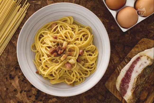Gli spaghetti alla carbonara, sono un primo piatto rustico tipico di Roma, semplice nella preparazione e al tempo stesso gustoso e saporito.