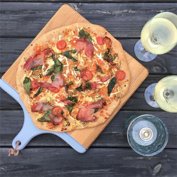 I går forkælede vi os selv med hjemmelavet speltpizza, et kold glas hvidvin og lidt hygge... #pizza #hjemmelavetpizza #hübsch #hubschinterior #nyboderliv #hvidvin #hyggetid #resterfrakøleskabet #nofilter