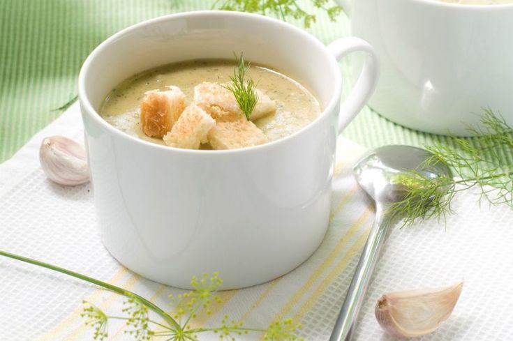 Köz patlıcan çorbası tarifiyle, közlenmiş patlıcanların lezzetini içilebilir kıvama getiriyoruz. Bol karabiberle afiyetle sıcacık için. Afiyetler olsun!