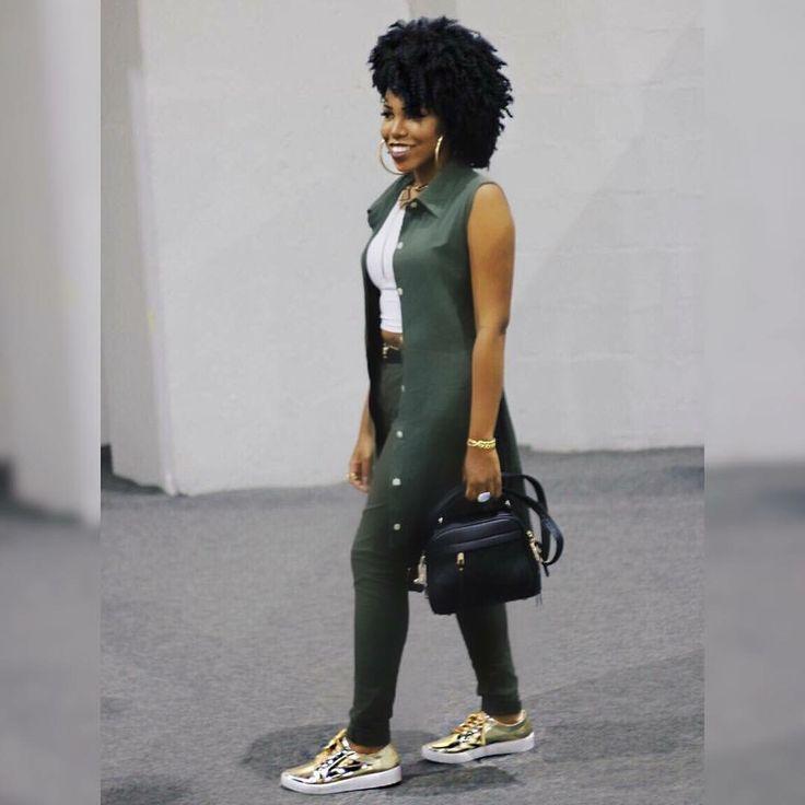 Blusa branca, calça verde escuro e sobretudo linho verde escuro, bolsa preta  e tênis dourado