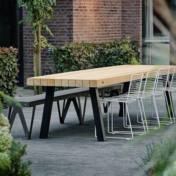 Maatwerk Tuintafel type Dani - Met de juiste afwerking en poedercoating is deze stoere balkentafel ook uiterst geschikt voor buitengebruik. www.houtmerk.nl