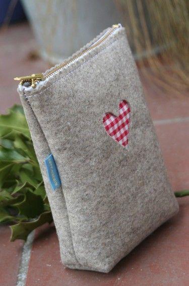 Bag with heart. ponerle puntilla por arriba, entre cremallera y fieltro