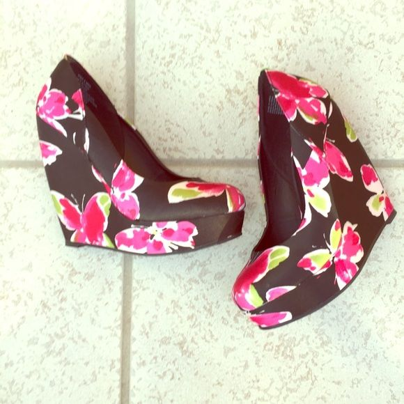 """NWOB Black floral satin platform wedges NWOB ELLE Black floral satin platform wedges . How cute are these shoes?! 6"""" wedge with 1.5"""" hidden platform. Satin like floral body. Size 8M. NO TRADES Price negotiable via offer button or ask me to drop price 10% so you save on shipping!❤️ Elle Shoes Wedges"""