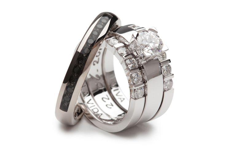 De exclusieve witgouden damesring bestaat uit drie losse ringen. De middelste trouwring draagt een schitterende solitaire diamant. De ring wordt geflankeerd door twee aanschuifringen met ieder zes diamanten. De herenring heeft een lichte bolling en is voorzien van een sleuf waarin twaalf zwarte diamanten zijn gezet.