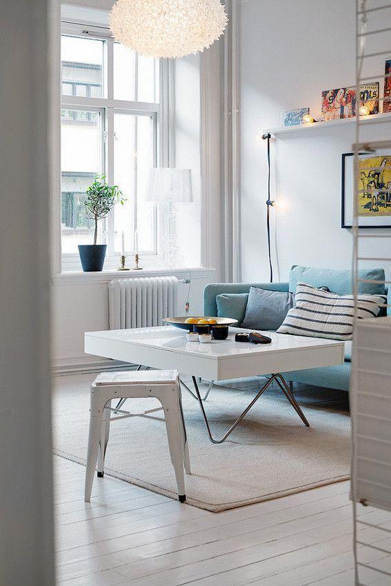 Localizado no centro de Gothenburg, na Suécia, este apartamento de dois dormitórios reúne contrastes de cor e muita luz natural. Em um mesmo ambiente encontramos amarelo, preto e azul claro combinados de forma harmônica em uma base neutra. A escolha impecável de materiais e mobiliário deixa os espaços leves e fluidos, revelando a otimização do espaço de 57 m2.