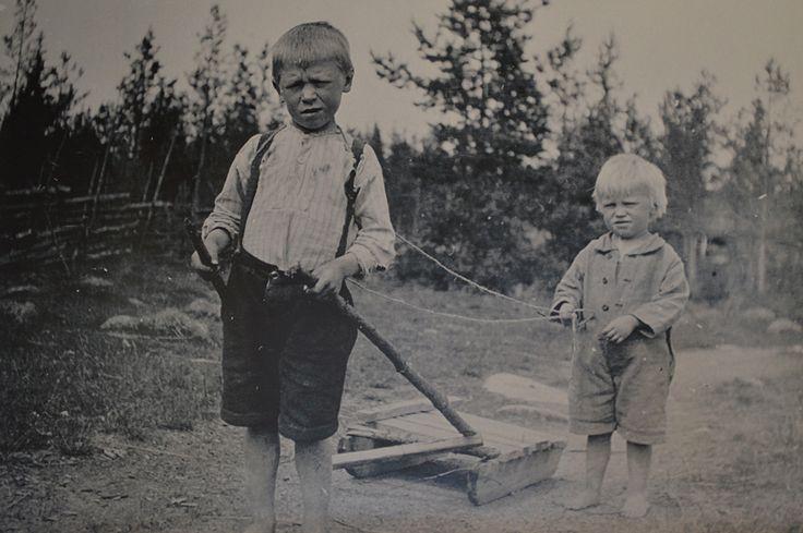 Paulaharju loi henkilökohtaisia suhteita matkoillaan ja oli toivottu vieras taloissa, nykyään puhuttaisiin verkostautumisesta. Luuppi, Oulu (Finland)