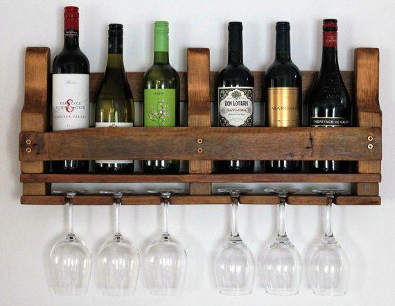 Deze rustieke Wandmodellen houten wijnrek 6 flessen wijn weergeven en 6 glazen zou een geweldige aanvulling op elke keuken of de eetkamer.  Handgemaakte en handgeschilderde Het Wijnrek is met de hand gemaakt van reclaimed hout en is ook hand gekleurd met een antieke grenen hout vlek. Het gebruik van verschillende hout telkens betekent uw wijn rack zullen een unieke, eenmalige, een van een soort item. Houd er rekening mee dat de muur opknoping hardware geleverd wordt als standaard.  Maatwerk…