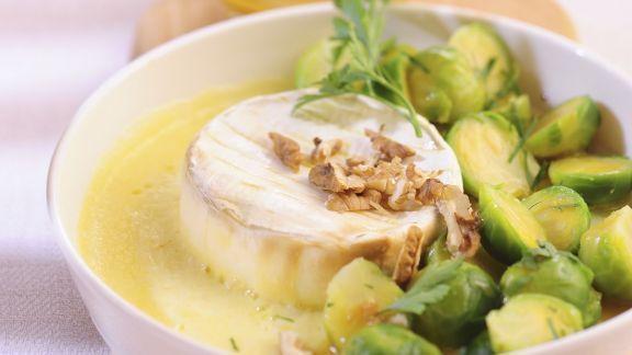 Rezept: Camembert mit Walnüssen und Rosenkohlgemüse