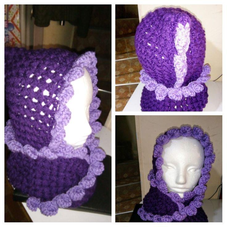 Protejamonos del frío con una hermosa bufanda con gorro incorporado.