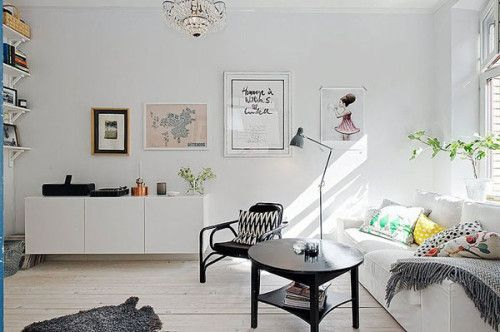 This beautiful pad belongs to Stockholm based stylist Johanna Laskey. And in spite of its modest size (only 550 sq. ft.), it looks rather spacious.