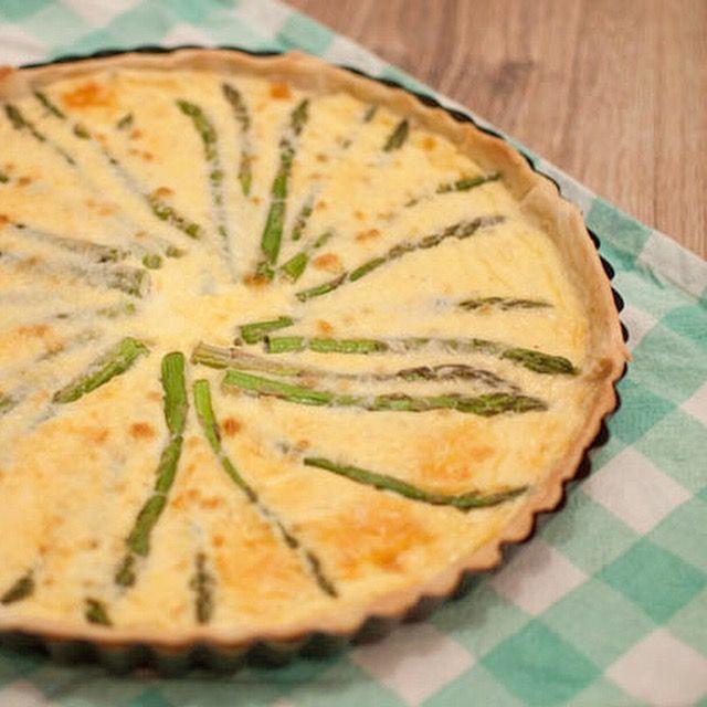 Quiche met pecorino en groene asperges; een lichte en lekkere quiche. Makkelijk om te maken en snel klaar. Lekker tijdens de brunch.