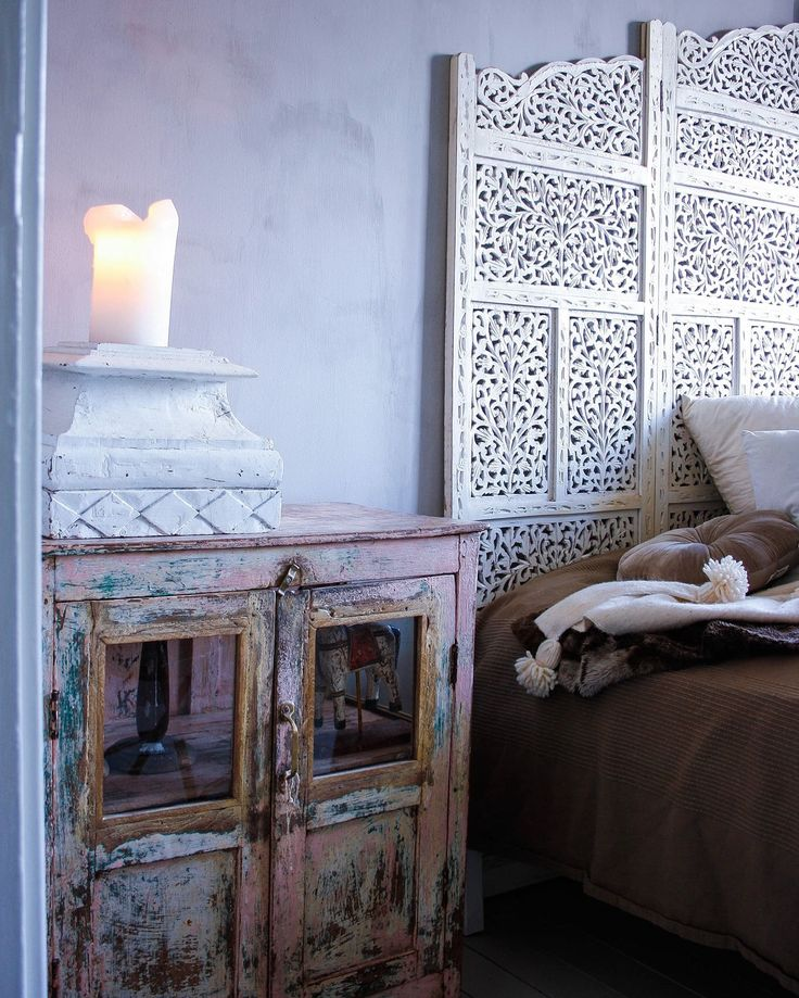 Sängbord!  Blogg: www.usoinredare.blogg.se  Instagram: @usoinredare   Livingroom , inspiration , vitt , grått , svart , matbord , matrum , white , Grey , black , tolix , plåtstolar , tinek , Day home , skåp , vitrinskåp , interiör , interior , sidobord , brickbord , lampa , orientaliskt , bohemiskt , marockanskt , indiska , shabby chic , chabby , lantligt