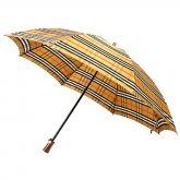 本日は折りたたみ傘のご紹介です。 バーバリーらしい英国チェックが全面に広がる折りたたみ傘です! 頑丈で壊れにくいのはもちろん、持ち手のウッド調が高級感を漂わせます。 雨が降りそうな日にぜひ持ち歩いてほしい一品です!  詳細はこちら  >http://bbl-shop.com/?pid=73521864  その他の傘はこちら  >http://bbl-shop.com/?mode=cate&cbid=1676877&csid=0&sort=n