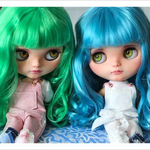 Trochu Verde a její sestra modrá 💚💙 těšíme se na jejich dobrodružství on-line brzy @verdeblue 📷😉 # Blythe #blythedoll #customblythe #blythestagram # ブ ラ イ ス #dollstagram #toys #artdoll #bluehair #greenhair #dollphotography #toystagram #sisters