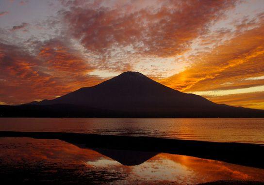 """夕焼けをバックに山中湖に浮かぶ逆さ富士です。    この風景を見にぜひ山梨県に来てください。    This is Mt-Fuji refrected on Lake-Yamanaka, and we call this """"sakasa-Fuji"""".    Please come to Yamanashi,Japan."""