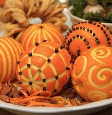 Orange & clove pomander centerpiece, a beautiful & fragrant decor for your holiday table.
