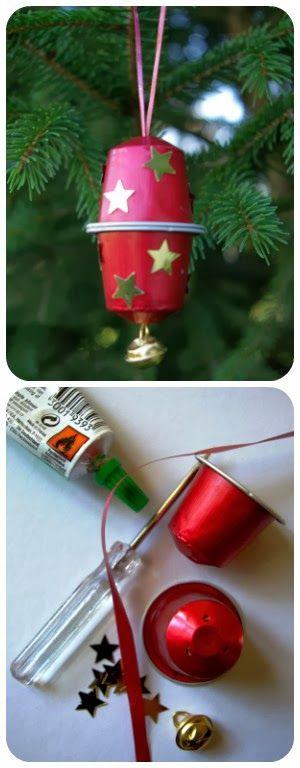 As cápsulas ... Natal...  É Natal! O tempo ideal para decorar, compartilhar e recuperar! Duas cápsulas máquina de café Cola 20 centímetros pacote de presente da fita Um pequeno sino Um soco Pequenas decorações (aqui estrelas douradas)
