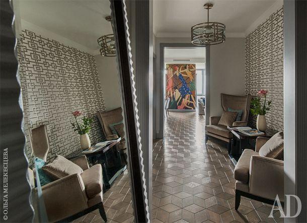От входа открывается вид на холл, в котором поставлены кресла Selva и журнальный стол из коллекции Altea фабрики Effe Studio. Стена отделана обоями Rheinsberg – Black and White из коллекции Nabucco от Designers Guild.