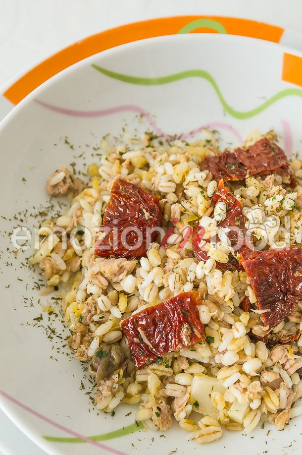 Insalata di orzo, farro e riso con pomodori secchi e tonno