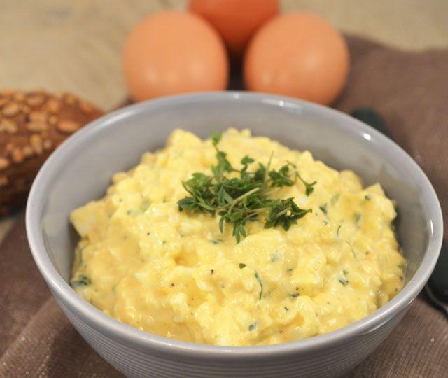 De allerlekkerste eiersalade maak je zelf. Deze makkelijke eiersalade om zelf te maken geeft je het recept voor een waanzinnig lekkere eiersalade.