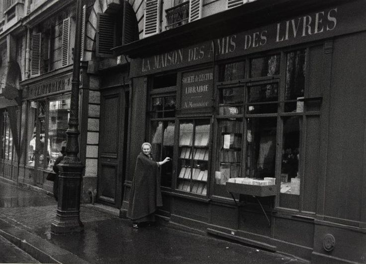 Adrienne Monnier devant sa librairie, rue de l'odeon Paris, 1937 par Gisèle Freund (1908 - 2000)   Paris - Centre Pompidou