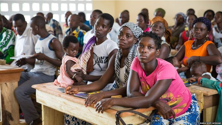 """Fotógrafo feminista retrata cotidiano de mulheres africanas. Esta escola num vilarejo remoto na Costa do Marfim foi doada por um filantropo. A comunidade local nunca teve uma escola. As crianças tinham aulas pela manhã, os adolescentes, à tarde e os adultos, à noite. """"As mães amamentavam seus filhos na escola. Nada as tirava da escola.""""  Fotografia e texto: Nana Kofi Acquah/BBC Brasil."""