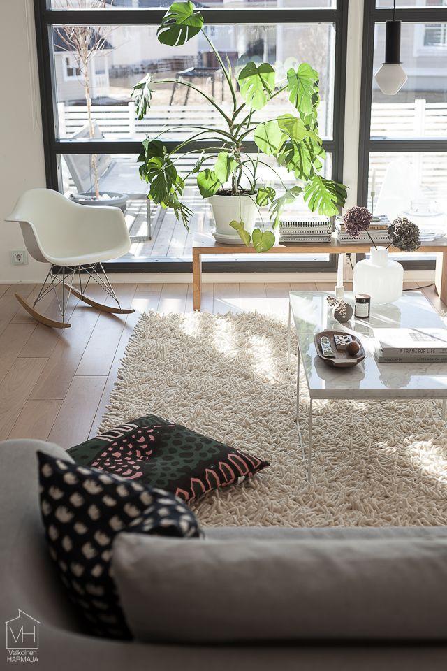 Valkoinen Harmaja keskittyy vahvasti sisustamiseen ja kotoiluun modernin ajattomassa hengessä, kodikkuudesta tinkimättä. Näin syntyy blogin oma tyyli, josta välittyy rentous ja intohimo sisustamiseen.