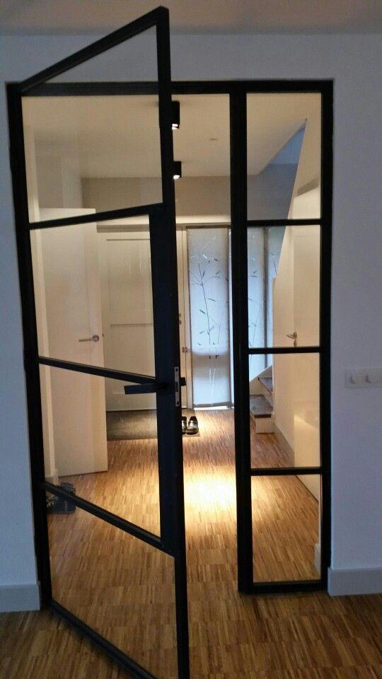Openslaande deur met zijlicht . Materiaal : blauwstaal Www.metaaleninterieur.nl