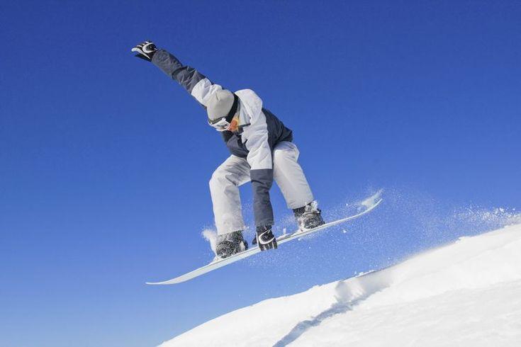 Cómo cambiar los agujeros en tu tabla de snowboard. Cambiar los agujeros en tu tabla de snowboard es una de las maneras más seguras de saber que tienes la mejor configuración para tu tabla. Al cambiar los agujeros, puedes ajustar la posición de las fijaciónes, que mejorará la comodidad y la ...