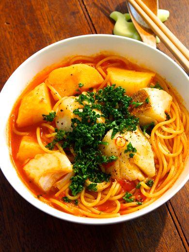 欲深い大人の濃厚イタリアン 青の洞窟 青のレシピ「鱈とじゃがいものアラビアータスープスパゲティ」鱈とじゃがいもがゴロゴロ入った、具だくさんピリ辛スープスパゲティです。
