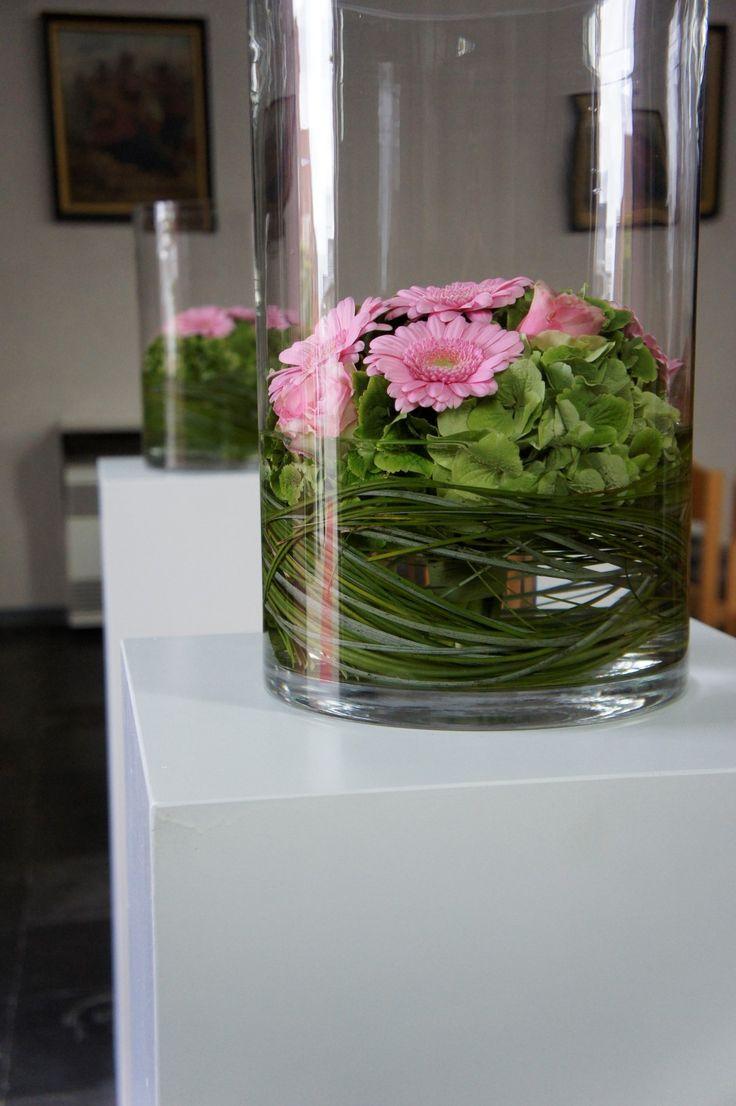 Grote vazen, dezelfde bloemen en groen, leuk om neer te zetten.