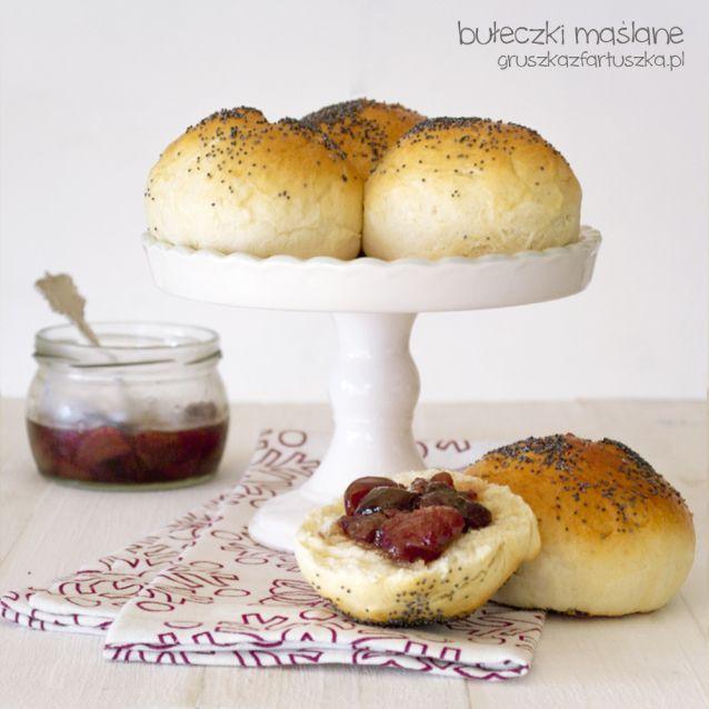 Przepis na pyszne maślane (mleczne) bułeczki śniadaniowe. Drożdżowe ciasto pięknie wyrasta, a bułeczki są mięciutkie, delikatne i zwarte.