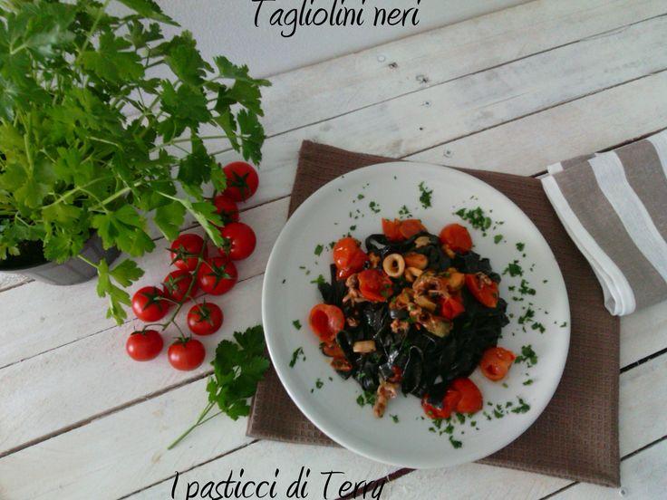Un insieme di colori intensi dal nero dei Tagliolini al rosso dei pomodorini al bianco delle seppioline; ecco i miei Tagliolini neri al sapore di mare #tagliolinineri #pasta #mare #pesce #primipiatti #pastafresca http://www.ipasticciditerry.com/tagliolini-neri-sapore-di-mare/