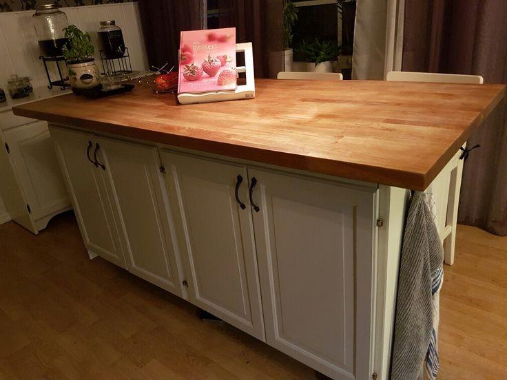 Köksö av gamla köksskåp och gammal bordsskiva. Hjul från Ikea.