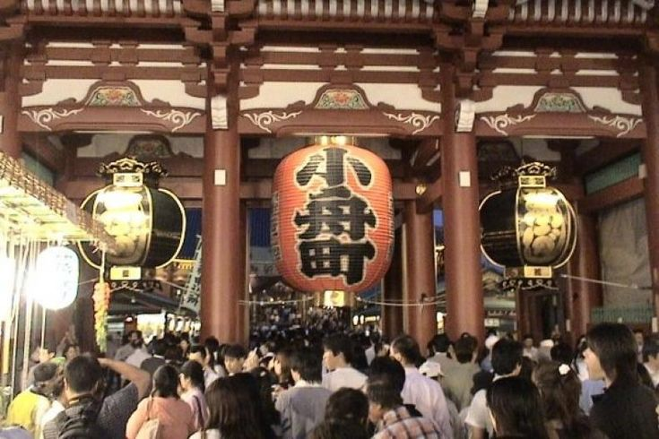 Lebih 3 Juta Orang Padati Kuil di Jepang Jelang Malam Tahun Baru  Konfrontasi -Hampirsemua negara di dunia memiliki cara tersendiri dalam merayakan Tahun Baru. Tak terkecuali Negeri Sakura Jepang.  Pada malam tahun baru 2017 setidaknya lebih dari 67.000 orang memadati sejumlah tempat di pusat Kota Tokyo termasuk Stasiun Shibuya. Sejak pukul 22.00 waktu setempat pihak kepolisian Jepang telah menurunkan sejumlah personil serta menerapkan car free night selama perayaan berlangsung.  Hal ini…