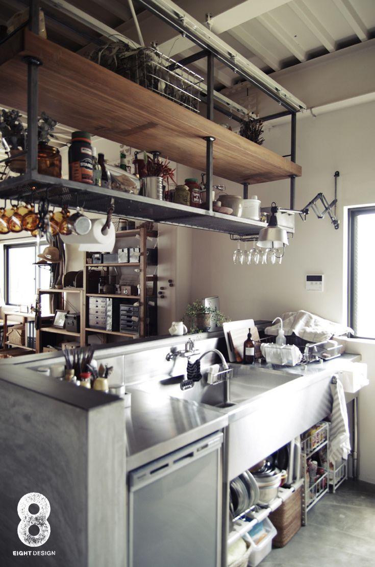 ステンレスのキッチン台と、上部の木製の棚の掛け合わせがノスタルジック。植物が置かれていたり、キッチンペーパーが木の枝で掛けられていたり、細部にもこだわりつまっているキッチン。