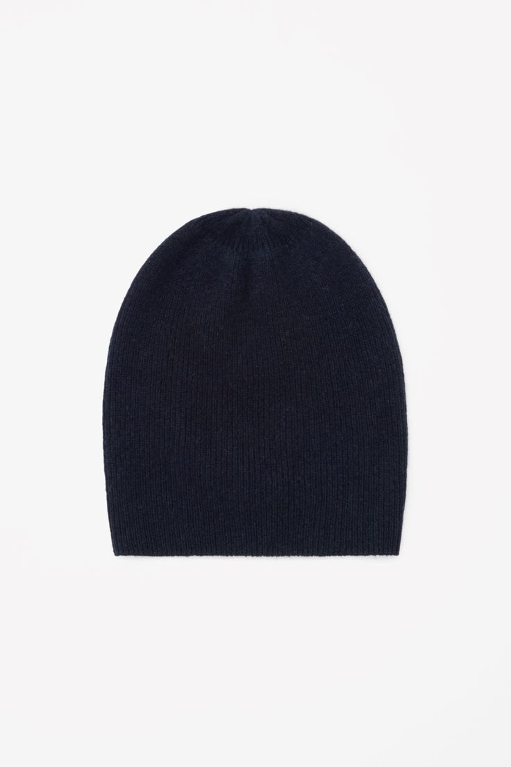 Slightly oversized, this ribbed hat is made from pure cashmere with a soft, fuzzy finish.