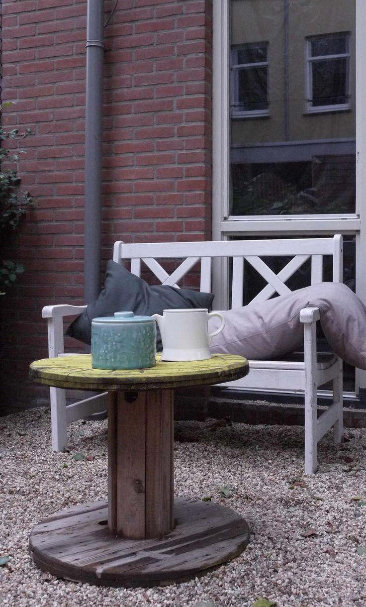 white garden bench | tuinbankje met houten haspel