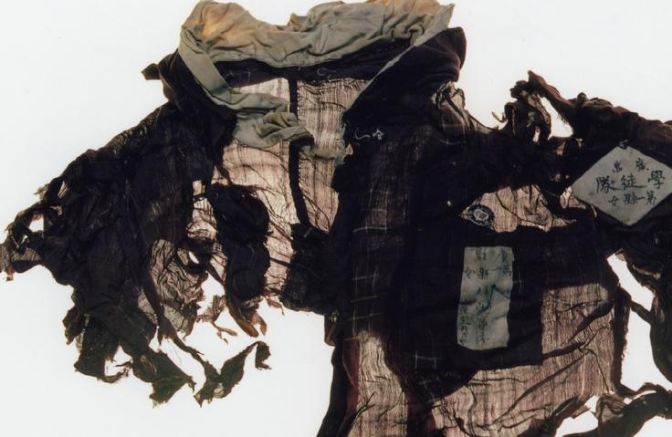 Ishiuchi Miyako née le 27 mars 1947 artiste photographe japonaise. Elle interrompt des études en design textile à l'université des beaux-arts de Tama pour se consacrer à la photographie. Ce n'est toutefois qu'à partir de 1990 et son album 1.9.4.7 qu'elle s'impose parmi les principaux artistes et photographes de sa génération. Les photographies rapprochées de cicatrices, de peaux flétries, de vêtements ou objets intimes usés sont parmi les plus caractéristiques de son œuvre.