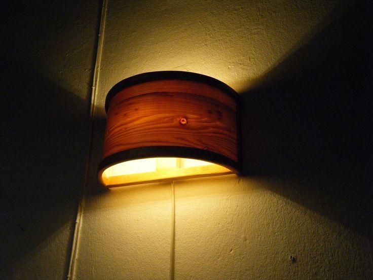 Lampada da muro con lastra di legno incurvata