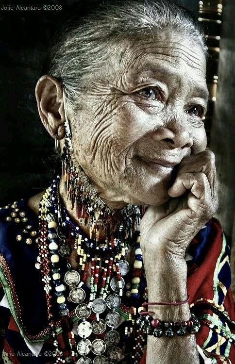 Señora filipina. Las miradas de los mayores ...
