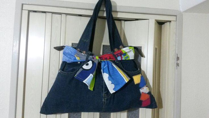 Con jeans reciclando.
