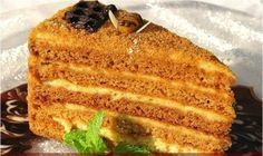 Торт Медовик - рецепт с фото для теста: 2 яйца, 1 стакан сахара, 3 стакана муки, 3 ст.ложки меда, 2 ч.л. соды (совсем без горки, или одну с небольшой горкой), 1 ст.ложка уксуса (9%). Понадобится для крема: 1 яйцо, 1 ст. сахара, 1 ст. сметаны (от 20%, лучше 30%), 200 грамм размягченного сливочного масла Для украшения: Горсть грецких орехов, замороженный шоколад.
