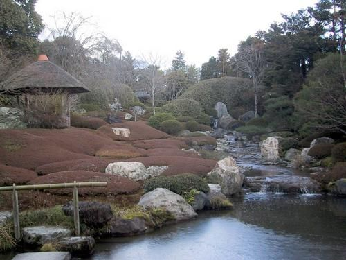 Ogród Taizo-in w Kyoto - Tradycyjne miasta japońskie podtrzymywały swą więź z przyrodą poprzez ogrody prywatne a nie parki miejskie jak n.p. w Europie. Nawet najmniejszy ogród był odbiciem wszechświata, oazą ciszy i samotności - uspakajał umysł i uczył rezygnacji z egoizmu
